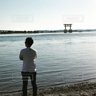 男性,湖,後ろ姿,鳥居,腕組み