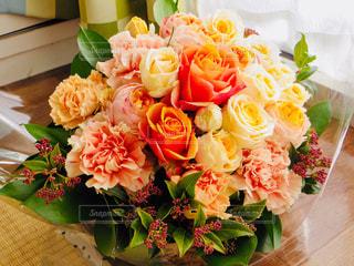 突然送られてきたステキなお花のプレゼントの写真・画像素材[2026970]