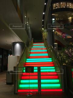 カラフルなライトの列の写真・画像素材[2175146]