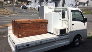 トラックが建物の前に駐車してください。の写真・画像素材[1904388]