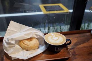 カフェ,雨,茶色,窓辺,カフェラテ,喫茶店,ドーナツ,ベージュ,ドーナッツ,雨の日,カフェ巡り,ミルクティー色,雨の日のカフェ