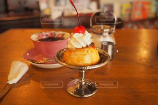 木製のテーブルの上に座るケーキの写真・画像素材[2131702]