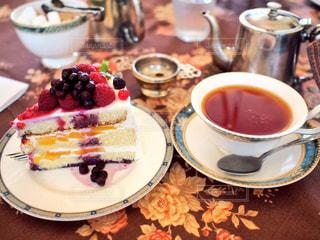 ケーキの盛り合わせとコーヒー1杯の写真・画像素材[2131708]