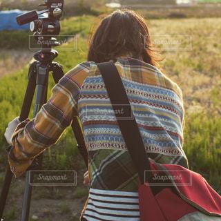 カメラ,夕日,カメラ女子,後ろ姿,写真撮影,人物,背中,人,後姿,写真,三脚