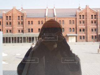 建物の前に立っている人の写真・画像素材[2271727]