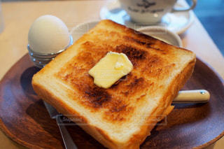 木製のテーブルの上に座っているサンドイッチの写真・画像素材[2513389]