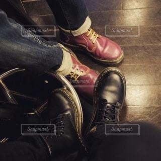 黒い靴をはいた足のペアの写真・画像素材[2704016]