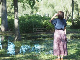 女性,風景,公園,木,屋外,後ろ姿,水たまり,木漏れ日,光,草,樹木,スカート,人物,背中,後姿,午後,オールドレンズ,草木,半袖