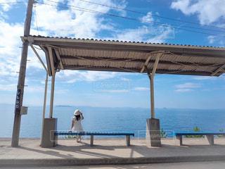 潮風を感じながら電車を待つの写真・画像素材[2141872]