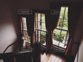 光差し込む窓辺での写真・画像素材[2146918]