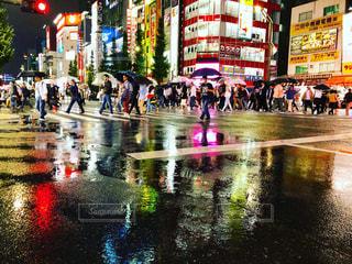 雨の日の繁華街の写真・画像素材[2164667]