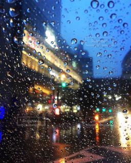 雫越しの夜景の写真・画像素材[2165901]