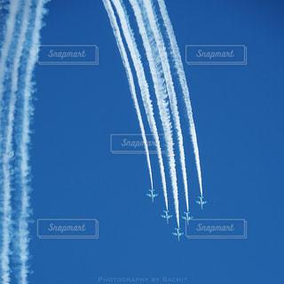 青空に描かれたストライプの写真・画像素材[2172564]