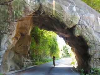 巨大岩のトンネルの写真・画像素材[2210841]