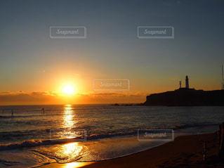 海から登る太陽の写真・画像素材[2332125]
