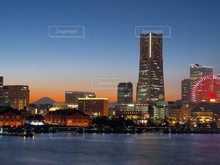 都会の灯りと富士のシルエットの写真・画像素材[2393779]