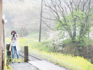 春のデニムで気分も動きも軽やかにの写真・画像素材[2415037]