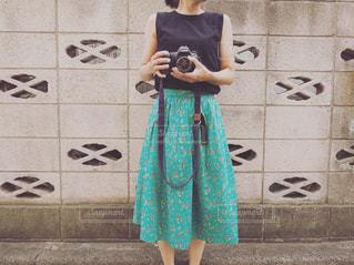 女性,夏,カメラ,屋外,レトロ,スカート,人物,人,塀,ナチュラル,フィルム,フィルムカメラ,フィルム写真,ブロック塀,フィルムフォト