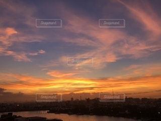 夕陽色に染まる雲たちの写真・画像素材[2433957]