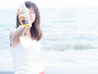 女性,海,夏,瓶,グラス,ビール,ビン,乾杯,ドリンク,アルコール,瓶ビール