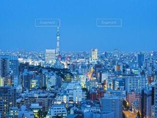 都市を背景にした港の写真・画像素材[2716612]