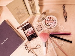 屋内,室内,香水,ノート,可愛い,美容,お洒落,コスメ,化粧品,チーク,グロス,チークブラシ,メイク用品,アイシャドー,アイライナー