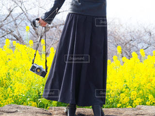 女性,ファッション,風景,花,カメラ,後ろ姿,黒,黄色,菜の花,草花,スカート,人物,人,コーディネート,コーデ,草木,ブラック,ロングスカート,黒コーデ,ライダースジャケット