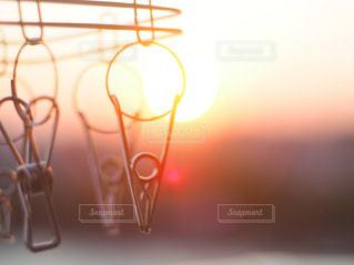 風景,空,夕日,太陽,夕焼け,ベランダ,光,ぼかし,夕陽,ライフスタイル,洗濯ハンガー,洗濯ピンチ