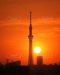まん丸な夕陽とスカイツリーの写真・画像素材[2857060]