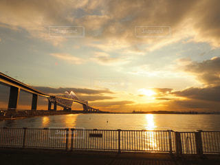 風景,海,空,夕日,橋,屋外,太陽,雲,夕焼け,夕暮れ,水面,光,東京ゲートブリッジ,夕陽