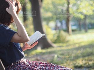 公園のベンチで読書の写真・画像素材[2893226]