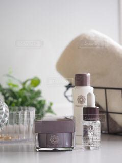 テーブルの上のガラスの花瓶の写真・画像素材[2909836]