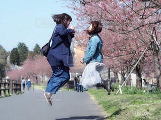 桜並木でジャンプの写真・画像素材[2981107]