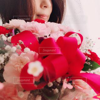 花束を抱えての写真・画像素材[3193079]