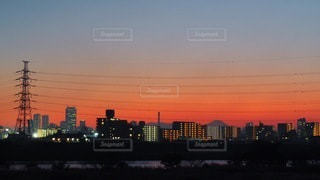 都市に沈む夕日の写真・画像素材[3338290]