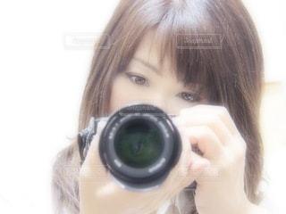 小さな女の子がカメラを見ているの写真・画像素材[3378884]