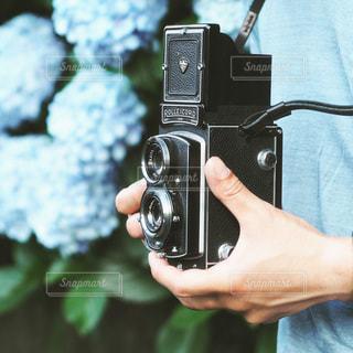 カメラを持つ手の写真・画像素材[3378886]