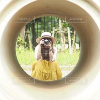 鏡の前でカメラのポーズをとる車の写真・画像素材[3378893]