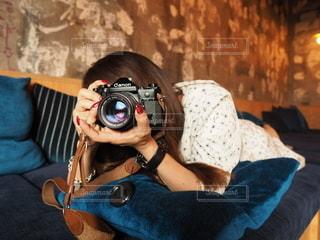 ベッドに座っている人の写真・画像素材[3379716]