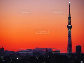 夕日を背景にした大きな高い塔の写真・画像素材[3394853]