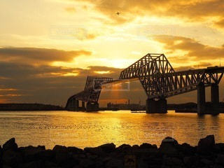 水の体に架かる橋を渡る列車のクローズアップの写真・画像素材[3395004]
