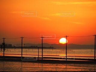 水の体に沈む夕日の写真・画像素材[3395005]