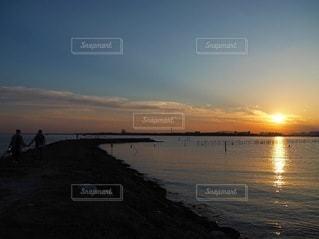 水の体に沈む夕日の写真・画像素材[3543838]