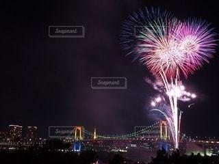 レインボーブリッジと花火の写真・画像素材[3609474]