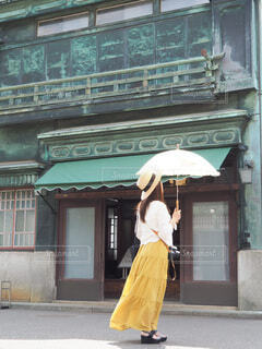 建物の前に立っている人の写真・画像素材[3670353]