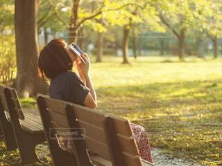 公園のベンチに座っている女性の写真・画像素材[3690327]