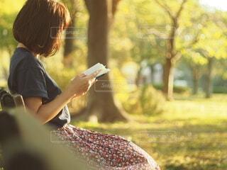 人が草の中に立っているの写真・画像素材[3690329]