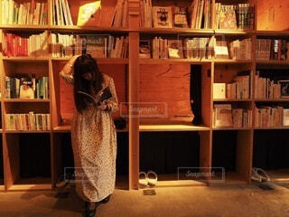 本棚の上に座っている猫の写真・画像素材[3690357]
