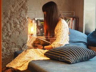 ベッドに座っている人の写真・画像素材[3690356]