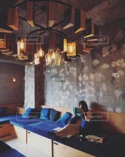 家具と暖炉でいっぱいの部屋の写真・画像素材[3690361]
